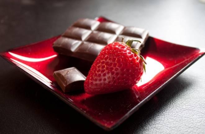 cokolada-i-jagoda-na-crvenom-tanjiru-1390478242-24988