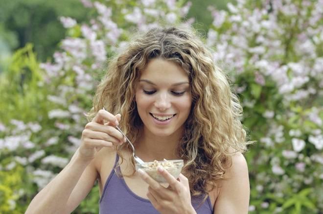 devojka-jede-vocni-jogurt-1398092419-33830