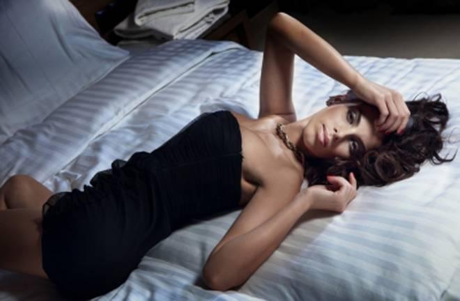 devojka-na-krevetu-1392121775-26544